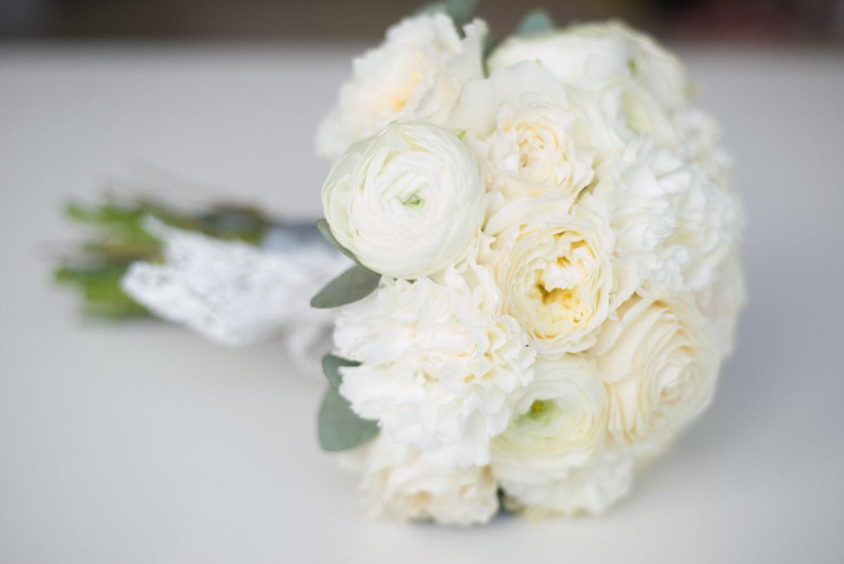 Цветов мак, свадебные букеты из розовых роз и белых ранункулюсов